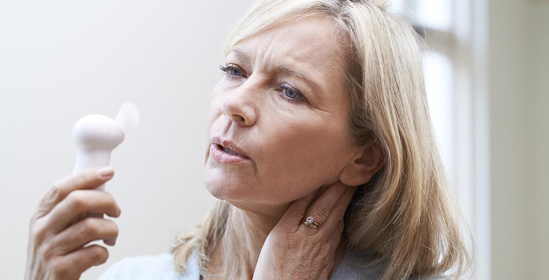 Kvinde i overgangsalderen med hedetur
